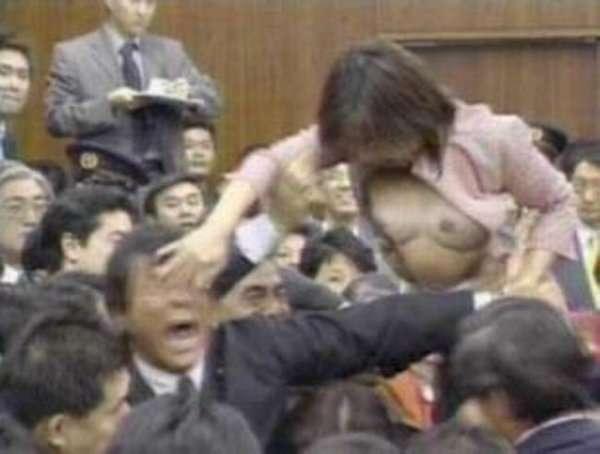Бійка в парламенті з елементами еротики (3 фото)