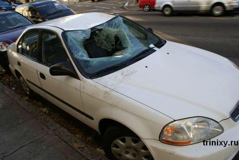 Чоловік впав на машину (9 фото)