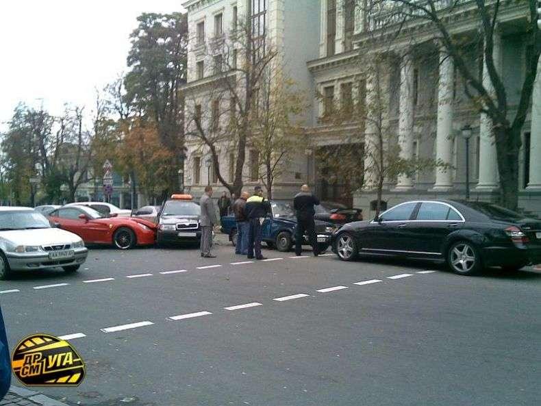Стовп практично розрізав Ferrari навпіл (5 фото)