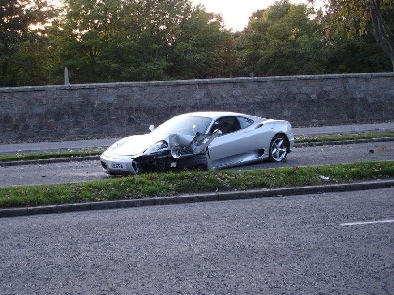 Ferrari зустрілося з деревом (12 фото)