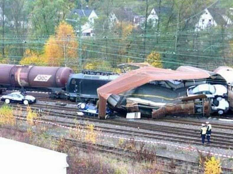 У Німеччині зазнав аварії поїзд зі 106 Porsche (7 фото)