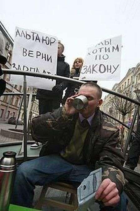 В знак протесту зїв свою ощадкнижку (3 фото)