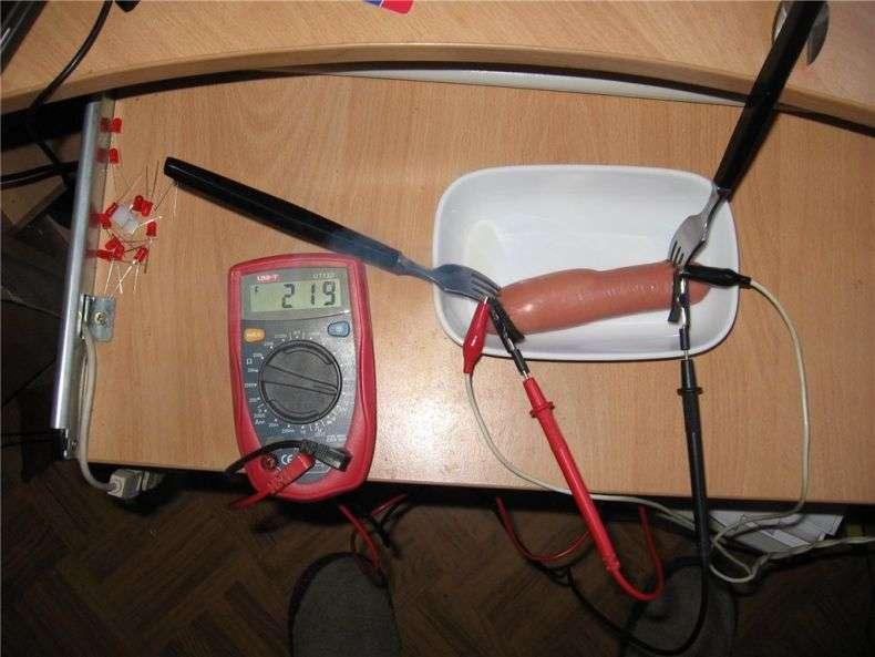 Смажимо сосиски електричним струмом (3 фото + текст)