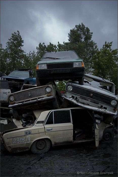 Звалище автомобілів в Москві (42 фото)