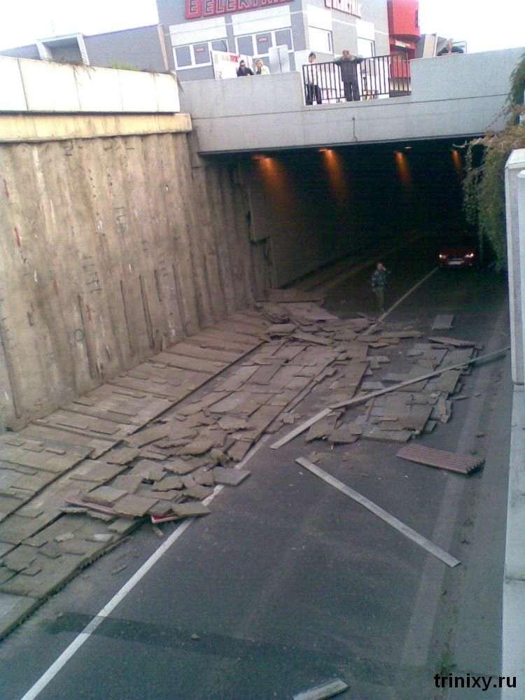 Хтось коли-то зекономив на цементі (4 фото)