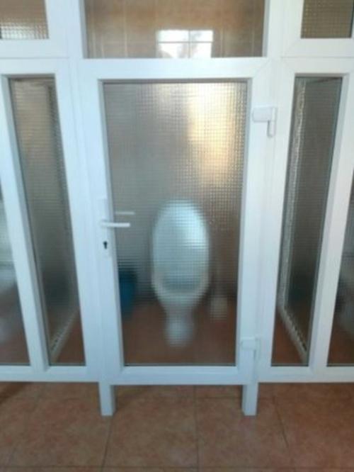 Нечего стесняться, когда идешь в туалет: странная модернизация туалета в Могилевском колледже Всячина