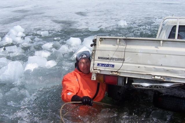 Автомобили, застрявшие во льду Байкала Всячина