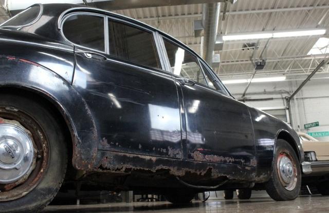 Раритетный Jaguar Mk II в старом заброшенном доме Всячина