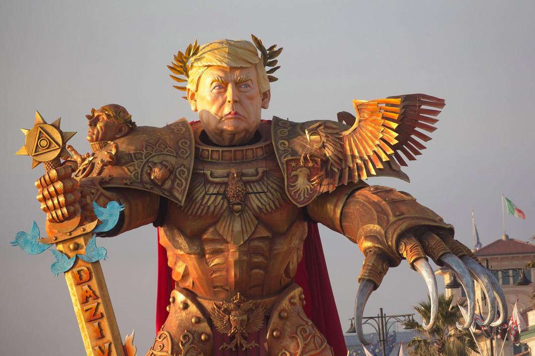 Огромный Трамп в доспехах с Путиным на плече МиР
