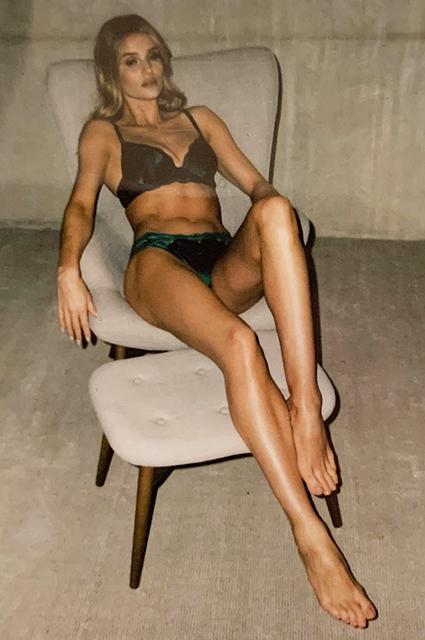 Рози Хантингтон-Уайтли в рекламе авторской линейки нижнего белья Звезды в рекламе