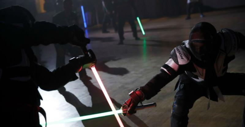 Во Франции появился новый вид спорта: дуэли на световых мечах спорт