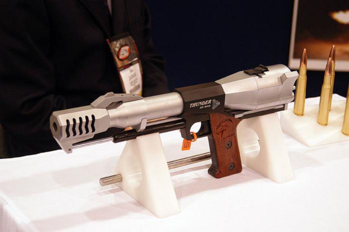 Крупнокалиберный пистолет, отдача от выстрела которого способна поломать стрелку обе руки гаджеты