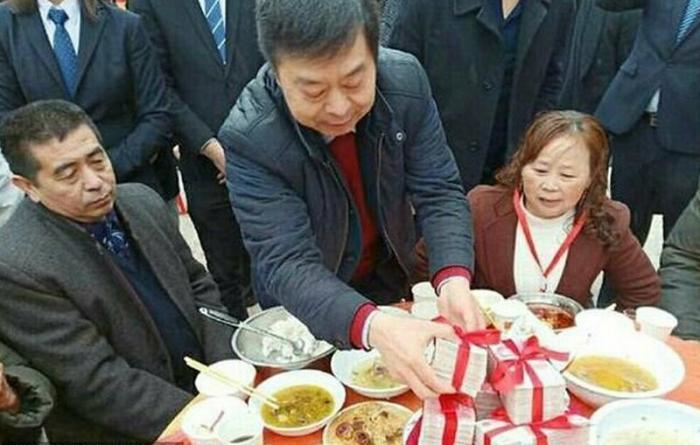 О пенсиях в Китае : бизнесмен осыпал подарками и деньгами пожилых жителей свой деревни дальние дали