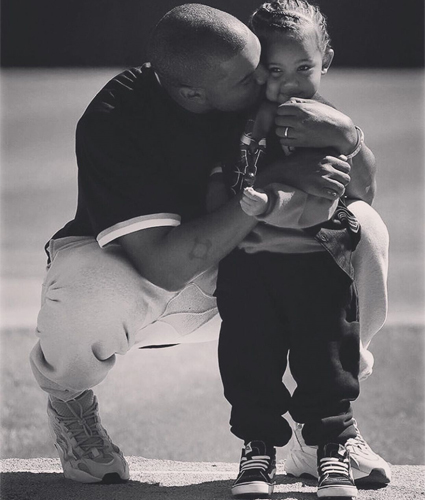 Ким Кардашьян поделилась с поклонниками трогательным снимком Канье Уэста и сына Сейнта Звездные дети